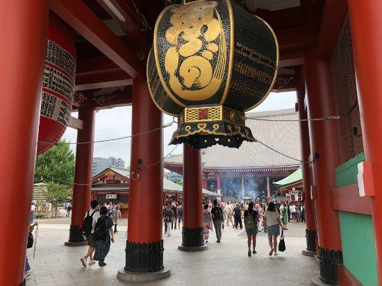 宝蔵門の中から浅草寺を撮影