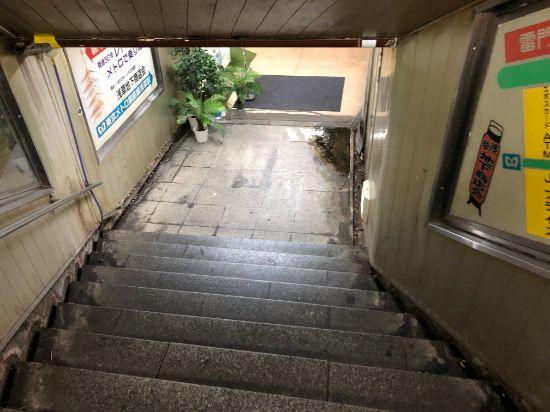 浅草地下街の階段を降りていくと